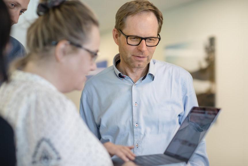 Mann som titter på en PC-skjerm